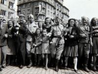 Бойцы Красной Армии среди жителей освобожденной Софии Болгария. 12 октября 1944 г. Фотограф не установлен РГАКФД