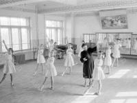 0-394048-ч/б Урок классического танца в Алма-Атинском хореографическом училище. Казахская ССР, г.Алма-Ата. 1954г. Фот. Фот. Соболев В.
