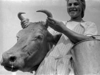 Доярка колхозной молочной фермы селения Лауб В.Шлотгалтер стоит около коровы, которую собирается доить