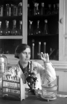 Участница Всесоюзной сельскохозяйственной выставки ветеринарный врач Е.Ф.Баранова в Энгельсской бактериологической ветеринарной лаборатории