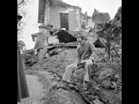1-119901-ч/б Пленный американский пилот, подполковник Жамес Линдберг Хиуз (сбитый над Ханоем 5 мая 1967 г.) на развалинах разрушенного дома. Вьетнам Северный (ДРВ), г.Ханой. 1967-1969гг. Фот. Соболев В.