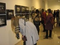 Посетители осматривают экспозицию
