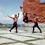 Участники коллектива художественной самодеятельности Армении во время исполнения национального танца на территории Мемориального комплекса «Сардарапат». Армянская ССР. 1975 – 1979 гг. Фот. Л.А. Раскин.