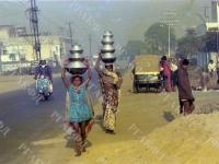 Вид улицы одного из населенных пунктов в Индии. Индия. 1978 г. Фот. В.С. Тарасевич. Арх. № 0-4281-цв.