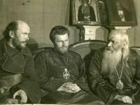 На первой фотографии (арх. № 3-4054), запечатлены (слева направо) В.Д. Красницкий, Петр (Блинов) и епископ Антонин в кулуарах собора за беседой