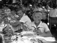 Пионеры лагеря «Артек» за обедом