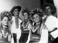 Участники одного из сельских народных хоров на 5-й Олимпиаде искусств.  Украина. 1938 г.