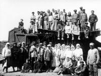 Групповое фото обмолоточной бригады в колхозе им. Петровского, деревня Качановка.  Украина, Винницкая обл. 1937 г.