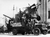 Колонна бойцов ПВО ОСОАВИАХИМа на первомайской демонстрации.  Украина, г. Киев. 1928 – 1930 гг.