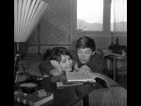 Супружеская пара – актёры В.А. Малявина и А.В. Збруев – в домашней обстановке.  г. Москва, 1959 – 1961 гг.  Арх. № 1-115396 ч/б