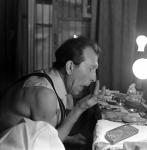 Клоун Московского государственного цирка на Цветном бульваре М.И. Шуйдин гримируется перед началом выступления.  1975 г.  Арх. № 1-117069 ч/б