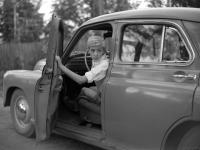 Юный актёр Николай Бурляев за рулём автомобиля «Победа».  1961 – 1962 гг.  Арх. № 1-116406 ч/б /i