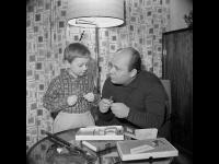 Заслуженный артист РСФСР Е.П. Леонов с сыном Андреем в домашней обстановке.  г. Москва, 1964 г.  Арх. № 1-114725 ч/б