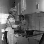 Заслуженная артистка РСФСР Н.В. Румянцева в домашней обстановке.  г. Москва. 1960-е гг.  Арх. № 1-114380 ч/б