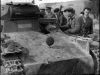 Республиканцы осматривают немецкий танк с пулеметным вооружением  PZ-1 Испания. 1937 г. РГАКФД