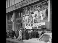 У кинотеатра «Ударник» в дни недели греческих фильмов  Москва. 23 ноября 1966 г.  Фотограф А. коньков  РГАКФД. Арх. № 1-74695