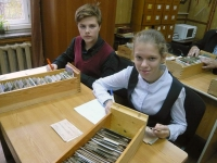 Активисты музея (учащиеся 7 класса Васькин Денис и Данилова Юлия) в Читальном зале
