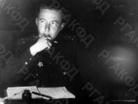 Старший лейтенант Александр Исаевич Солженицын за литературной работой. Белоруссия, 2-ой Белорусский фронт, 1944 г. Автор не уточнен. РГАКФД.