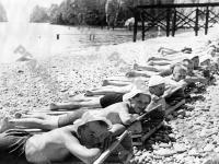Ребята из пионерского лагеря «Артек» загорают на пляже