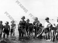 Пионеры купаются в море.