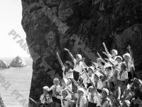 Отряд пионеров, отдыхающих в лагере «Артек», в Гурзуфе на скале в гроте Пушкина