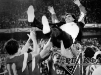 Члены олимпийской сборной команды СССР по футболу, выигравшие финальный матч у сборной команды Бразилии, качают своего тренера А.Ф. Бышовца.  Сеул, Южная Корея. 1 октября 1988 г.  Фотограф не установлен.  РГАКФД. Арх. № 1-105125.