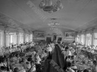 Дети, отдыхающих в лагере «Артек», в столовой за едой.