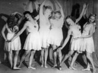 Группа танцовщиц позирует фотографу. Россия. [1920 – 1929] Фот. М.С. Наппельбаум