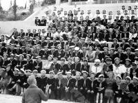 Пионеры на трибунах во время массовки по случаю торжественного открытия Всесоюзного пионерского лагеря «Артек».