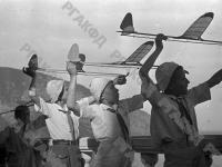 Пионеры, отдыхающие в лагере «Артек», на занятиях в авиамодельном кружке.