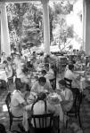 Дети, отдыхающие в пионерском лагере «Артек», в столовой за обедом.