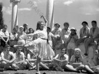 Выступление пионеров из кружка художественной самодеятельности в пионерском лагере «Артек».
