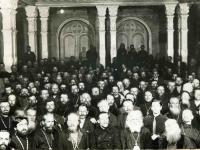 На третьей фотографии (арх. № 3-4066) делегаты в зале