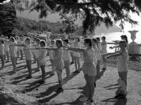 Пионеры на утренней зарядке в лагере «Артек».