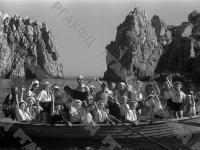 Ребята из пионерского лагеря «Артек» на морской прогулке в лодке.