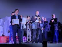 Награждение режиссера Алексея Федорченко – обладателя Главного приза кинофестиваля за фильм «Кино эпохи перемен»