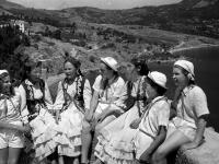 Группа пионеров в национальной одежде в лагере «Артек».