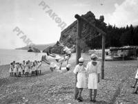 Пионеры лагеря «Артек» у моря на площадке для игр.