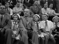 Председатель Совета Народных Комиссаров СССР В.М. Молотов среди гостей и пионеров на праздновании 30-летия Всесоюзного пионерского лагеря «Артек».