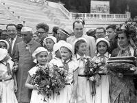 Премьер-министр Индии Д. Неру и член Центрального комитета парламентского совета Всеиндийского комитета Индийского национального конгресса И. Ганди, прибывшие с визитом в СССР, среди детей, отдыхающих в пионерском лагере «Артек».