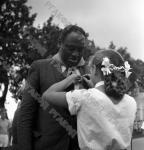 Пионерка прикалывает памятный значок американскому певцу и общественному деятелю Полю Робсону во время его посещения пионерского лагеря «Артек».