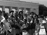 Дети из Ганны и советские пионеры, отдыхающие в пионерском лагере «Артек», на экскурсии в городе-герое Севастополе.