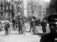 8-2237-ч/б Советские военнослужащие на одной из улиц Берлина. Германия, г. Берлин. 01-04.05.1945 г. Фот. Радченко Г.А.