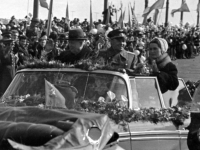 Председатель Совета министров СССР Н.С.Хрущев, первый космонавт планеты Ю.А.Гагарин с супругой отвечают на приветствия москвичей на пути следования кортежа автомобилей с аэродрома на Красную площадь.  Москва, 14 апреля 1961 г. Автор съемки В.Блиох.  Арх. № 0-315326