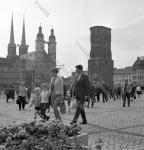 Жители города на площади Марктплац в день 20-летия со дня провозглашения Германской Демократической Республики. ГДР, г. Галле. 07.10.1969 г. Фотограф В. Кошевой.