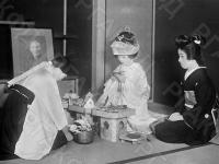 Группа японских женщин на свадебной церемонии перед изображением своих предков.  Япония, 1934 г. Автор не установлен. РГАКФД.