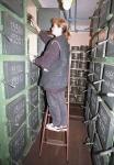 Подбор кинодокументов в одном из боксов подземного фильмохранилища