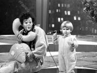 Актер-мим, клоун В.И. Полунин со своим сыном выступает на новогодней телепередаче «Голубой огонек». СССР, г. Москва. [1985–1989 гг.] Фотограф А.Н. Агеев.