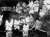 Женщины пускают по воде бумажные фонарики со свечами в виде птиц на празднике Торонагаси. Япония. Автор не установлен. РГАКФД.