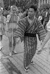 Представитель одной из общественных организаций Японии обучает жителей города Читы национальному японскому танцу «Бон Одори» на центральной площади города. Российская Федерация, г. Чита. 8 июля 1993 г. Автор В. Саяпин. РГАКФД.